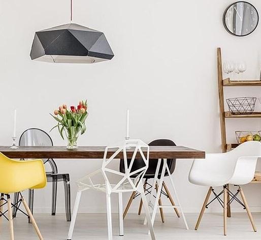 szara-lampa-nad-stołem-skandynawskim